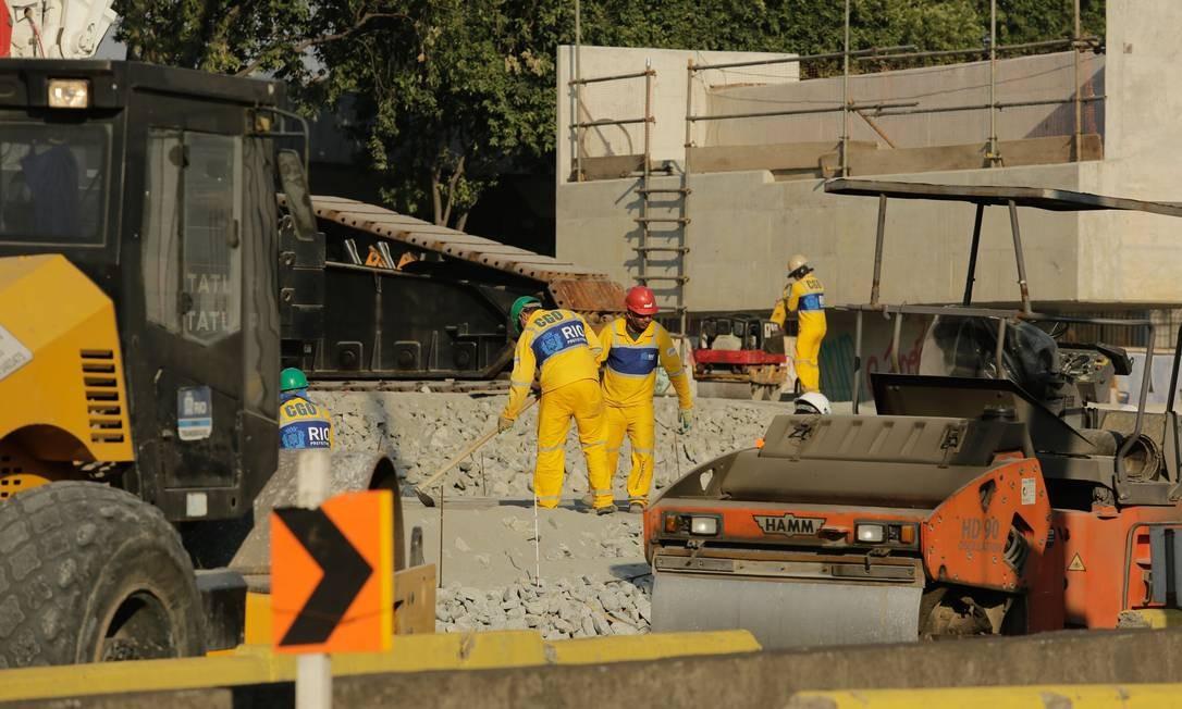 Funcionários da empreiteira da obra trabalham para a instalação do ponte Foto: BRENNO CARVALHO / Agência O Globo