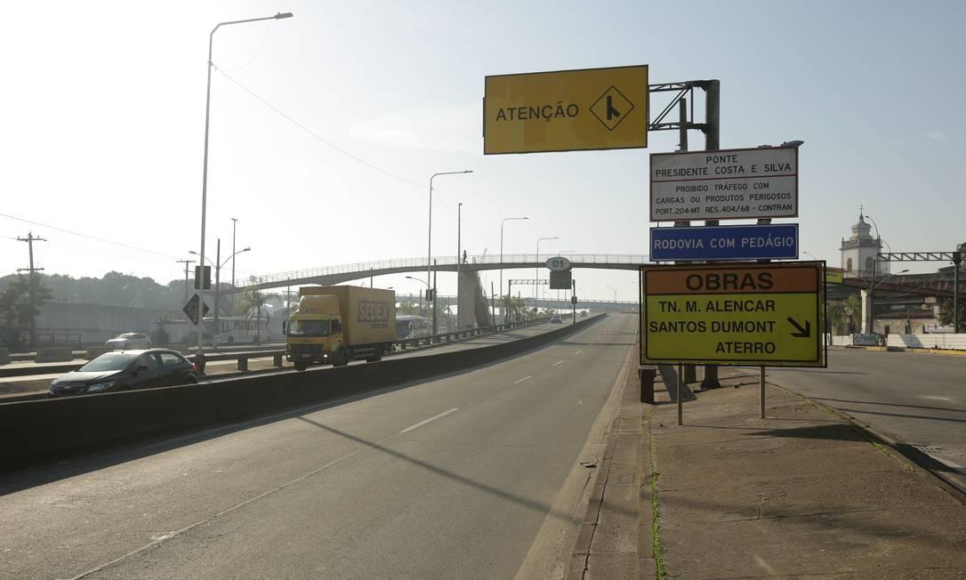 O acesso a Ponte Rio-Niterói foi fechado e o motorista que quer chegar em Niterói tem que pegar a Linha Vermelha. Placas informam o fechamento da via Foto: BRENNO CARVALHO / Agência O Globo