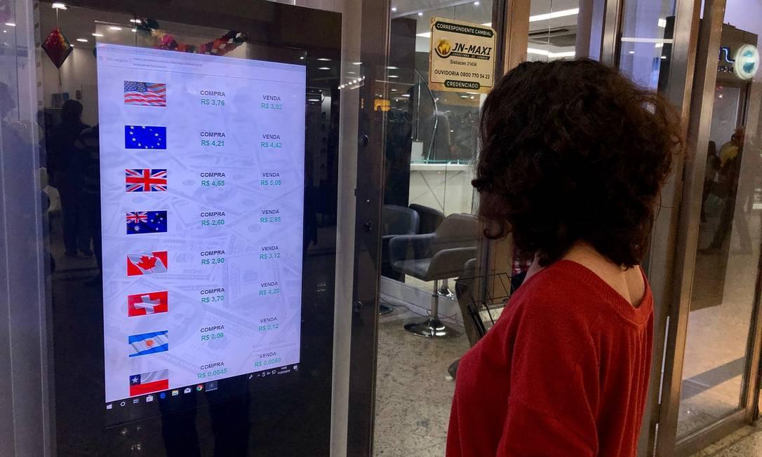 Dólar cai com aprovação em primeiro turno da reforma da Previdência Foto: Adriana Lorete / Agência O Globo