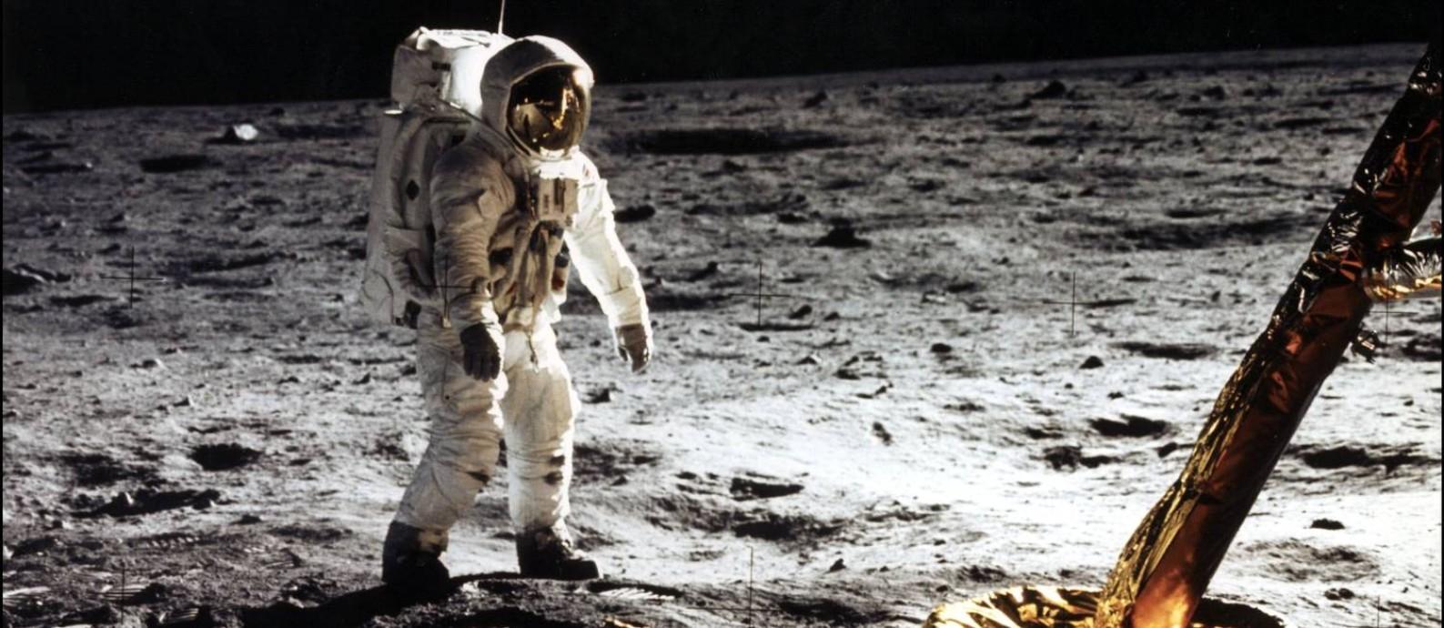 """Neil Armstrong, comandante da missão Apollo 11, fotografa o colega Edwin """"Buzz"""" Aldrin durante a primeira caminhada de um ser humano no solo lunar: a dupla ficou por mais de 21 horas lá, em feito que completa 50 anos Foto: Neil Amstrong / Nasa/AFP"""
