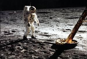 """Neil Armstrong, comandante da missão Apollo 11, fotografa o colega Edwin """"Buzz"""" Aldrin durante a primeira caminhada de um ser humano no solo lunar: a dupla ficou por mais de 21 horas lá, em feito que completa 50 anos Foto: Neil Amstrong/ / Nasa/AFP"""