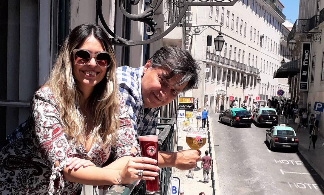 Portugal 04/07/2019 Ao lado da mulher, Verônica, o empresário mineiro Neko Pedrosa dirige o Delirium Café, no Chiado, em Lisboa. À frente da cervejaria, uma das maiores da capital, o casal é um exemplo dos novos empreendedores brasileiros de sucesso em Portugal que descartaram investir no mercado da saudade. Fotos de Gian Amato Foto: Agência O Globo
