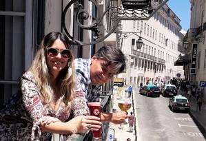 Verônica e Neko na sacada da cervejaria que abriram no Chiado, um dos bairros que mais recebem turistas em Portugal Foto: Gian Amato / Especial para O Globo