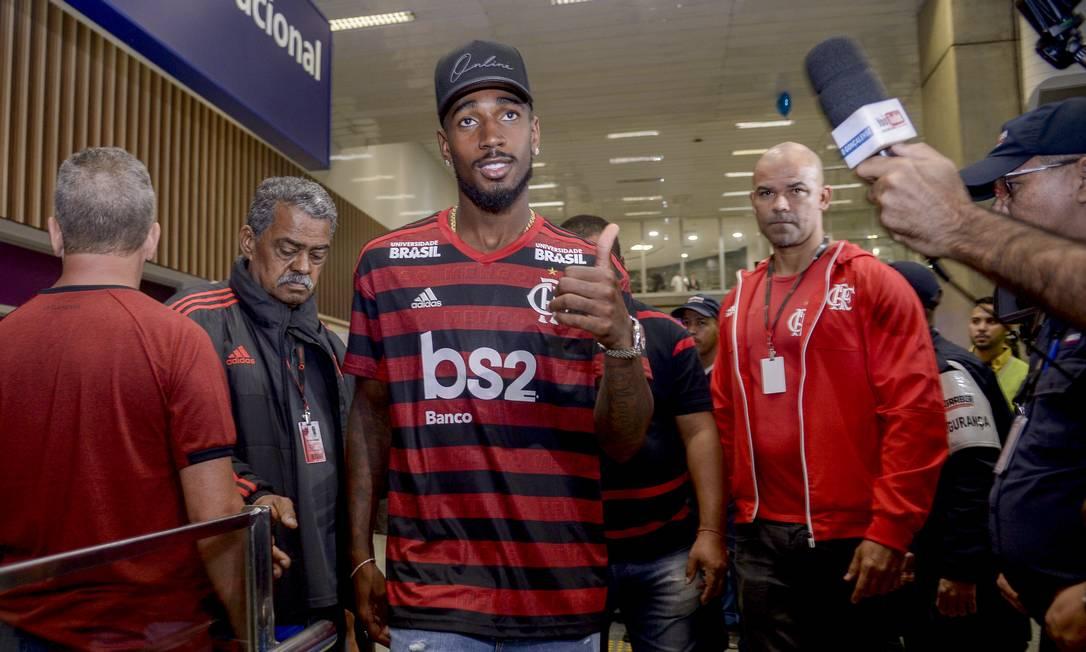 Gerson com a camisa do Flamengo Foto: Marcelo Cortes/Flamengo