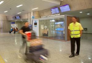 Posto de informações da Riotur instalado no setor de desembarque internacional do Aeroporto Galeão-Tom Jobim: espaço abre às 8h30m e fecha às 14h, e, ainda assim, apenas de segunda a sexta-feira, com uma única funcionária Foto: Bruno Kaiuca / Agência O Globo