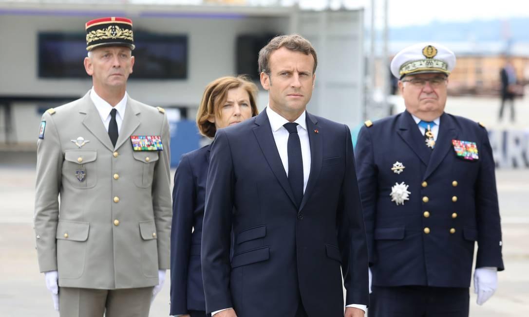 O presidente francês Emmanuel Macron com chefes militares do país durante cerimônia de barismo de novo submarino nuclear na sexta: também preocupado com a defesa no espaço Foto: LUDOVIC MARIN/AFP/12-07-2019