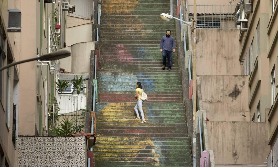 A escadaria Grande Otelo, com desenhos degastados, é uma das três que interliga a praça do Bairro de Fátima a Santa Teresa Foto: Márcia Foletto / Agência O Globo