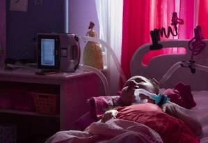 Maria Eduarda, que viveu 12 de seus 14 anos num hospital: amigos buscam ajuda para pagar contas de luz Foto: Ana Branco / Agência O Globo