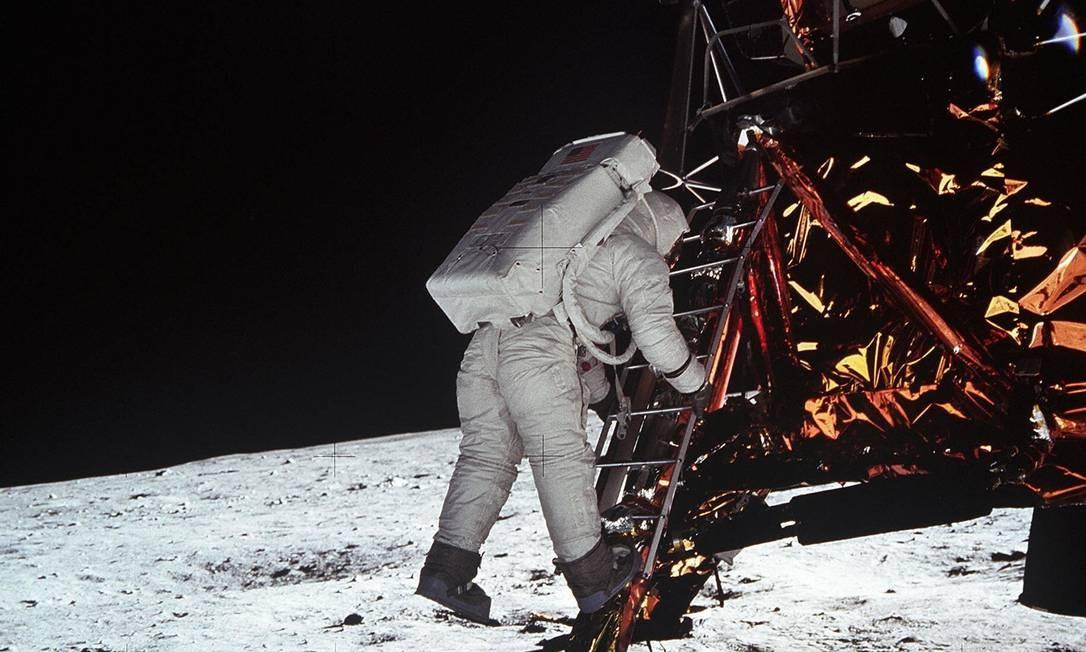 """O astronauta Edwin """"Buzz"""" Aldrin, em foto de Neil Armstrong, desce da espaçonave para dar a primeira caminhada de um ser humano no solo lunar: a dupla ficou por mais de 21 horas lá, em feito que completa 50 anos Foto: NASA / AFP PHOTO"""