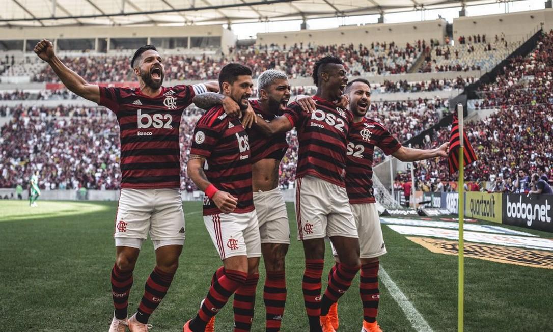 Jogadores celebram gol na vitória sobre o Goiás, no Maracanã Foto: Pedro Martins / Terceiro