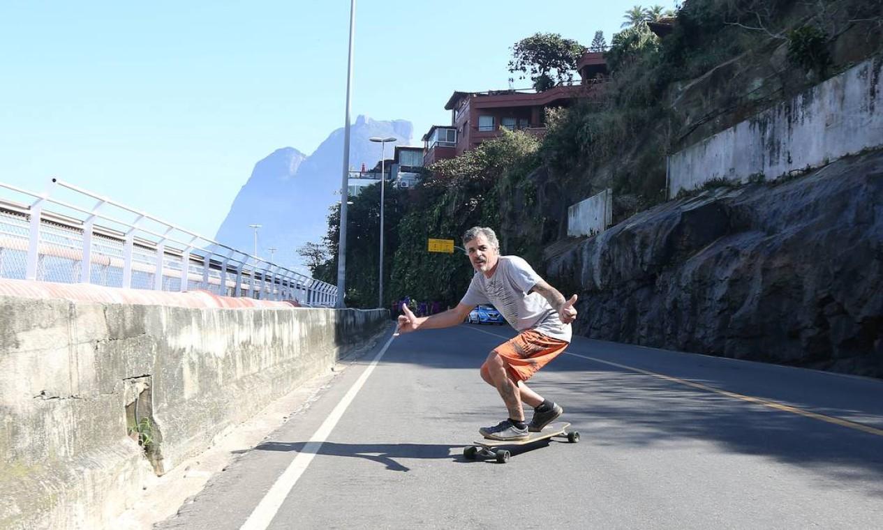 Rodnei Pires aproveitou para dar uma volta de skate na interditada Avenida Niemeyer. Crédito: Guilherme Pinto / Agência O Globo