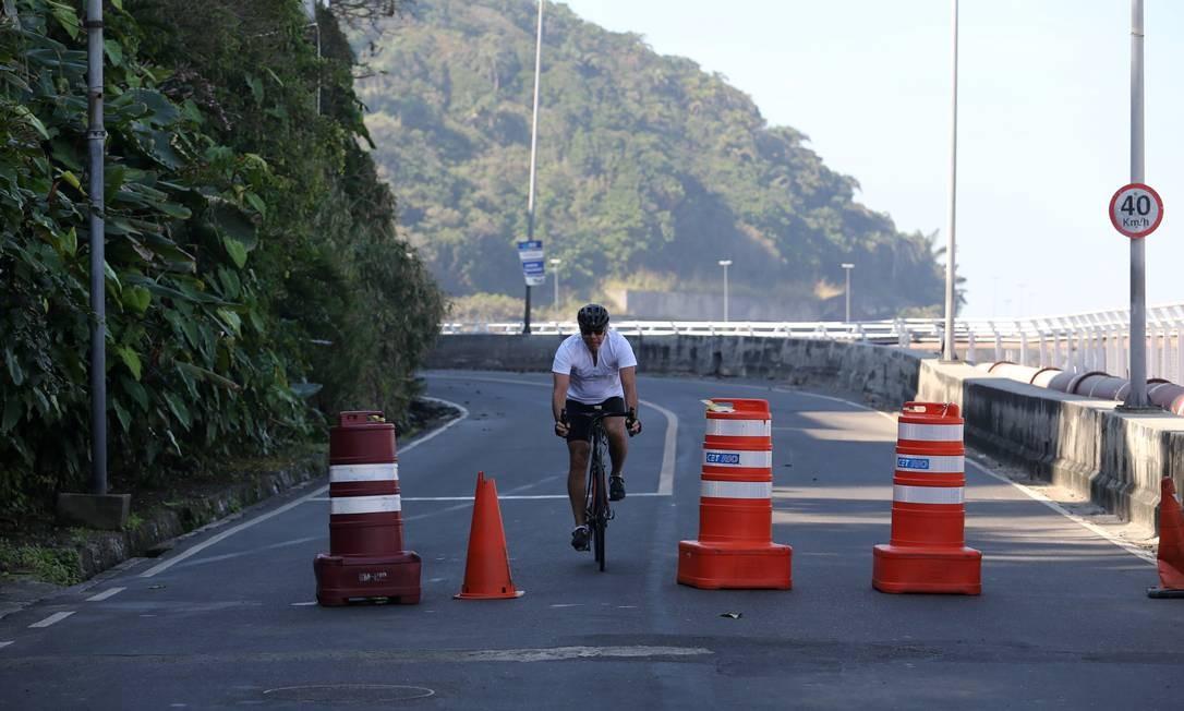 Ciclista passa em meio aos cones de interdição da Niemeyer Foto: Guilherme Pinto / Agência O Globo
