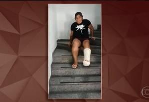 Funcionária pública Nádia Cíntia Barrionuevo precisou descer as escadas sentada Foto: Reprodução