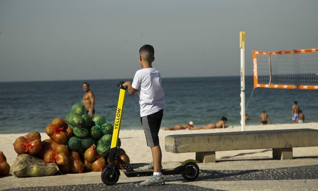 RI Rio de Janeiro (RJ) 03/07/2019 Novas regras para uso de patinete menor usando patinete na praia de Copacabana Foto: Antonio Scorza / Agencia O Globo Foto: Antonio Scorza / Agência O Globo