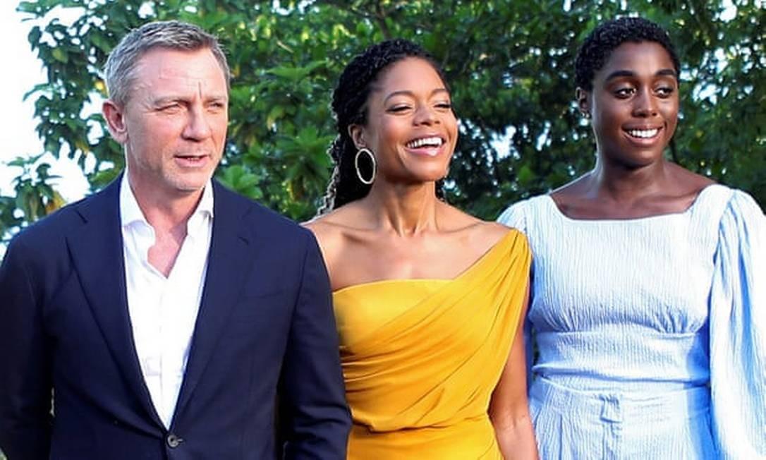Daniel Craig com Naomie Harris e Lashana Lynch (de azul) na Jamaica Foto: Gilbert Bellamy/Reuters