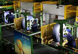 Trabalhadores são vistos em uma linha de produção de fabricação de pneus em uma fábrica em Nantong, província chinesa de Jiangsu Foto: China Stringer Network / REUTERS