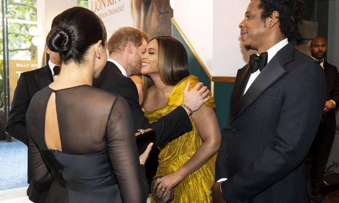 Beyoncé e Jay-Z não ligaram para protocolos e abraçaram e beijaram os Sussex Foto: WPA Pool / Getty Images