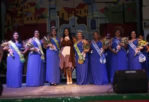 A modelo plus size e produtora Cláudia Ferreira (centro) com as participantes da edição do concurso no ano passado Foto: Marcelo Ávila / Divulgação