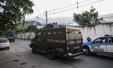 iroteio no Morro da Coroa, no Catumbi, deixa a Rua Itapiru interditada para o trânsito de veículos. Foto: Guito Moreto / Agência O Globo