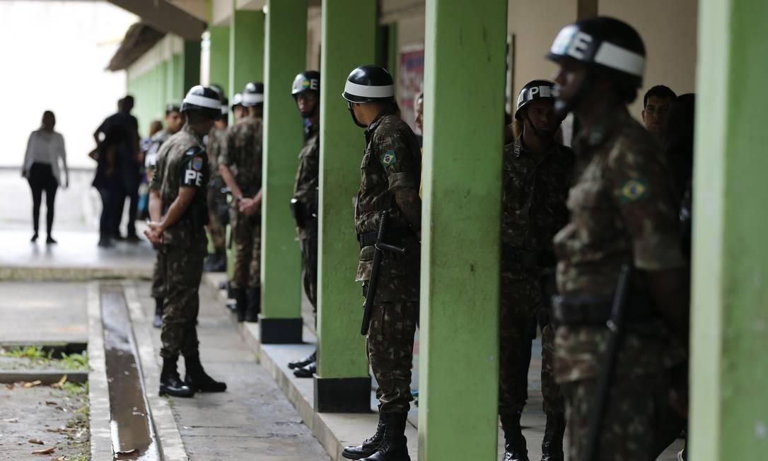 Soldados do exército fazem segurança dentro do pátio da Escola Rosa da Fonseca em outubro de 2018. Foto: Pablo Jacob / Agência O Globo