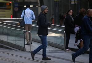 Cariocas têm se acostumado a tirar o casaco do armário pela amanhã Foto: Fabiano Rocha / Agência O Globo