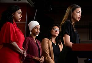 As deputadas Ayanna Pressley, Ilhan Omar, Rashida Tlaib e Alexandria Ocasio-Cortez dão entrevista em resposta a críticas de Trump, acusado de racismo Foto: ERIN SCOTT / REUTERS