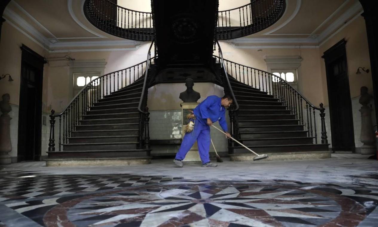 Um levantamento identificou obras de arte, balaústres de louça, pisos de mármore e grandes vitrais Foto: Custódio Coimbra / Agência O Globo