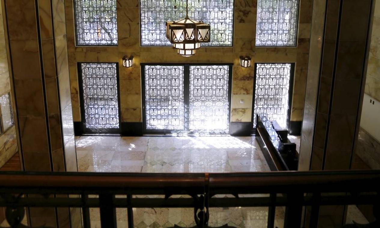 Entrada do prédio com paredes de mármore ônix Foto: Marcelo Theobald / Agência O Globo