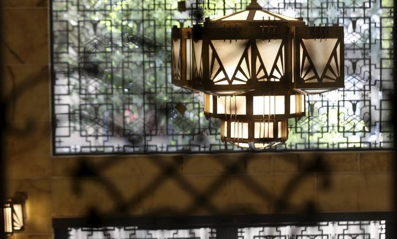 O lustre dourado da portaria do edifício Foto: Marcelo Theobald / Agência O Globo