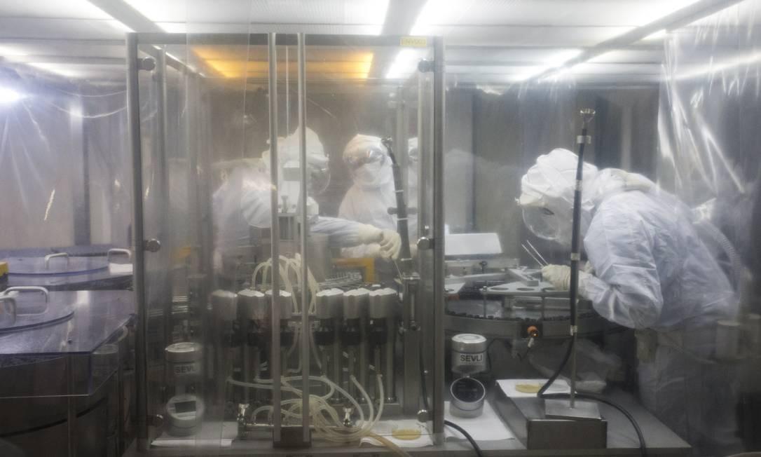 Foram interrompidos contratos firmados com laboratórios de produção de remédios que eram distribuídos gratuitamente para a população - arquivo Biomanguinhos Foto: Márcia Foletto / Agência O Globo