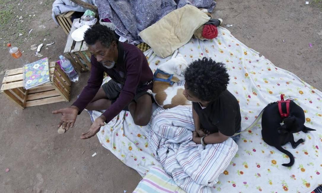 Elson Rodrigues e Priscila Nascimento dizem ter ficado apenas com a roupa do corpo e que viram pertences serem jogados em caminhão de lixo Foto: Luciana Botelho / OAB