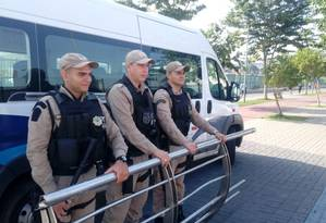 Agentes perseguiram homens, que abandonaram peça Foto: Divulgação