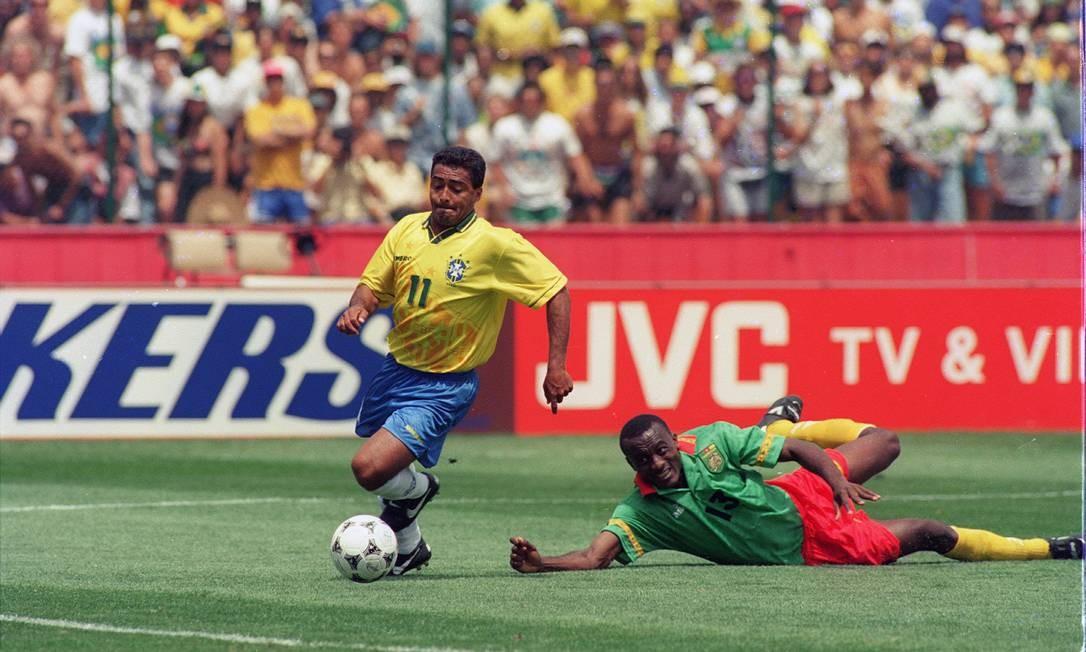 Romário abriu o caminho para a vitória por 3 a 0 sobre Camarões Foto: Cezar Loureiro / Agência O Globo