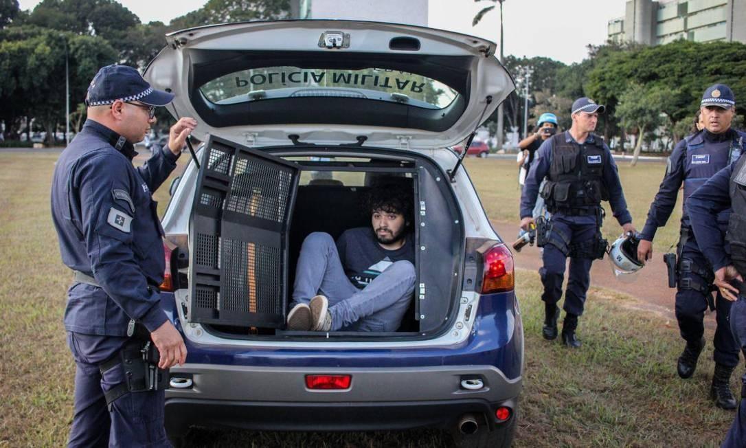 Polícia Militar prende um manifestante durante o protesto Foto: Matheus Alves/ Cuca da UNE