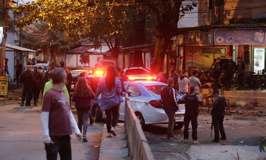 Morte de Robocop: peritos na cena do crime, que aconteceu em plena tarde em um bar no Anil, em 2019 Foto: Domingos Peixoto / Agência O GLOBO