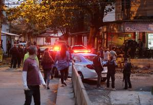 Crime aconteceu por volta das 14h desta terça-feira, em bar no Anil. Vítimas estariam almoçando Foto: Domingos Peixoto / Agência O GLOBO