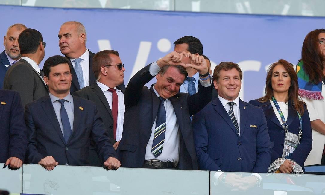 Bolsonaro comparece à partida final da Copa América, no Maracanã, entre Brasil e Peru. Dias antes, o presidente afirmou que ida ao estádio seria teste de popularidade para ele e o ministro da Justiça, Sergio Moro, diante das notícias de vazamento de conversas entre o ex-juiz e o procurador Deltan Dallagnol na época em que este coordenava a força-tarefa da Lava-Jato Foto: CARL DE SOUZA / AFP