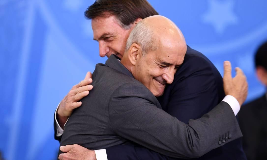 Presidente Jair Bolsonaro abraça o novo chefe da Secretaria de Governo da Presidência, Luiz Eduardo Ramos, durante sua cerimônia de posse, no Palácio do Planalto, em Brasília - 04/07/2019 Foto: EVARISTO SA / AFP