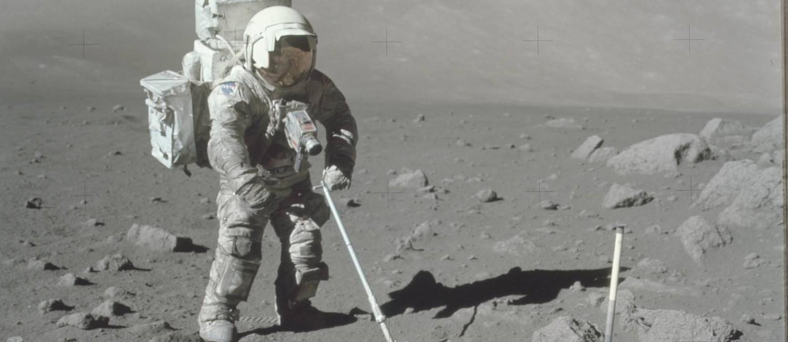 Seleção cuidadosa: único astronauta com formação científica do programa, o geólogo Schmitt coleta amostra durante a missão Apollo 17 Foto: Nasa