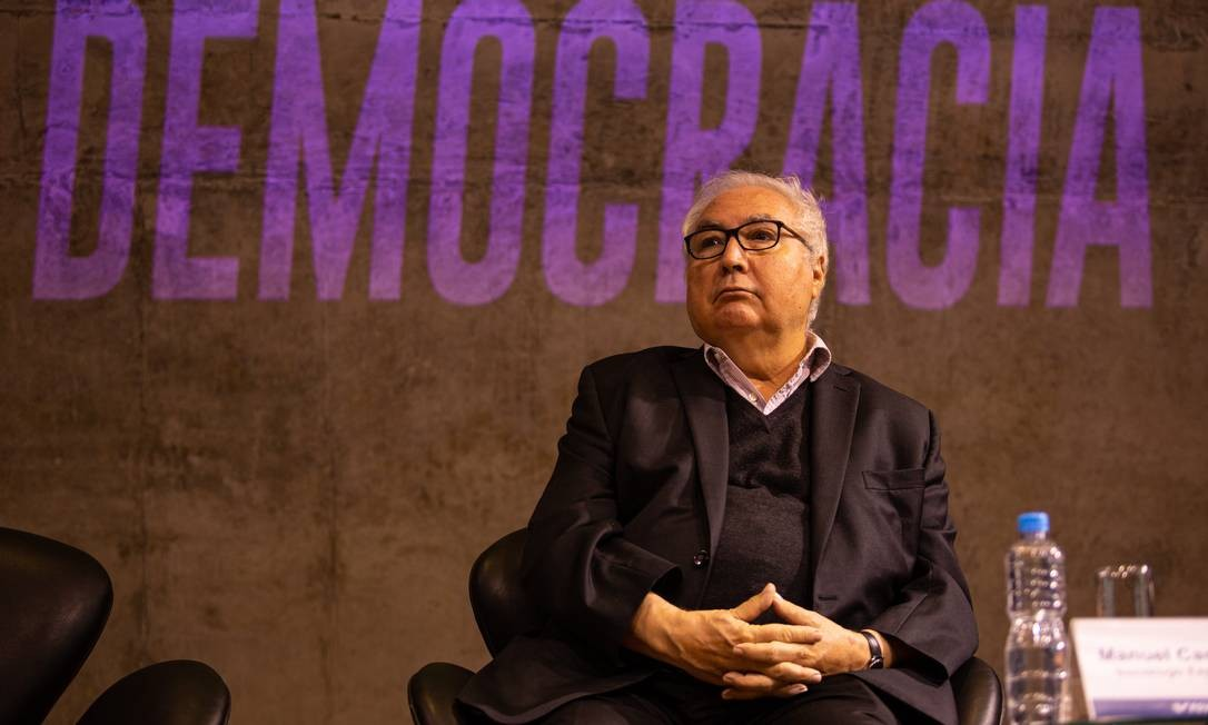 """O sociólogo espanhol Manuel Castells, durante o seminário """"Comunicação, Política e Democracia"""", na FGV Foto: Brenno Carvalho / Agência O Globo"""