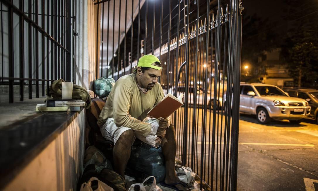 Dificuldades e depressão levam professor a morar nas ruas da Tijuca