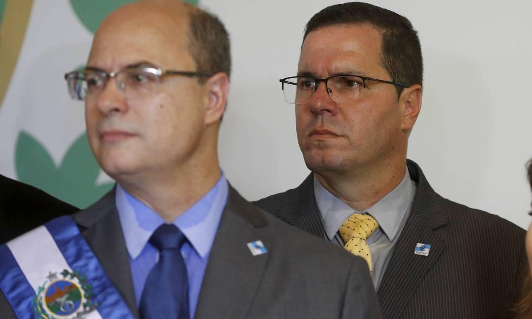 Witzel e Gutemberg durante a posse do governador, no Palácio Guanabara Foto: Domingos Peixoto / Agência O Globo