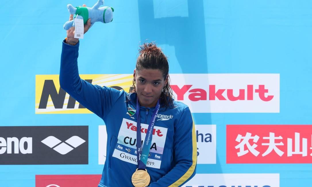 A nadadora brasileira Ana Marcela comemora o ouro nos 5km da maratona aquática no Mundial da Coreia do Sul Foto: EVGENIA NOVOZHENINA / REUTERS