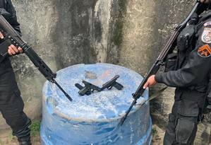 As pistolas que, segundo a PM, foram apreendidas com os homens mortos Foto: Polícia Militar / Divulgação