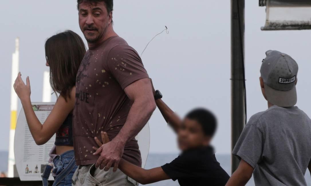 Jovem precisou se apoiar em homem para furtar o cordão Foto: Domingos Peixoto / Agência O Globo