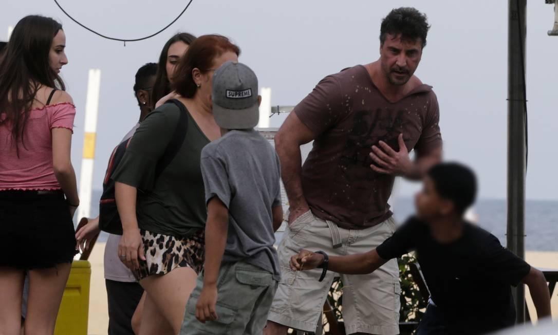 Garoto segura cordão da vítima com a mão esquerda Foto: Domingos Peixoto / Agência O Globo