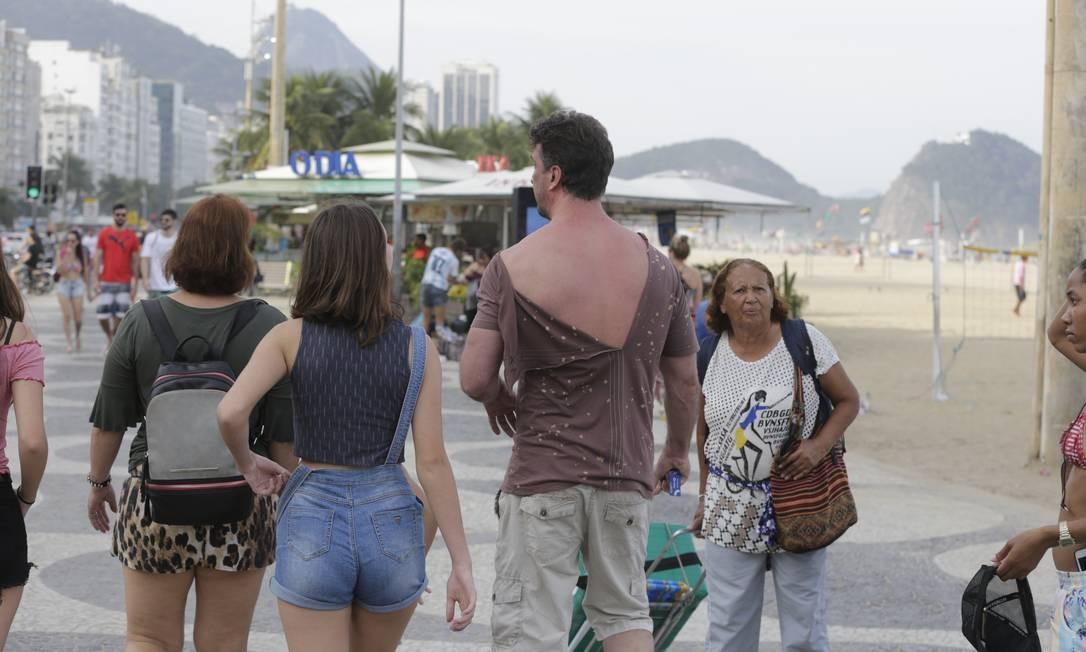 Além de perder cordão, turista ainda ficou com a blusa rasgada Foto: Domingos Peixoto / Domingos Peixoto