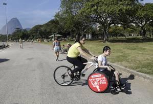 Suelen com a filha: as duas estiveram juntas na orla Foto: Marcos Ramos / Agência O Globo