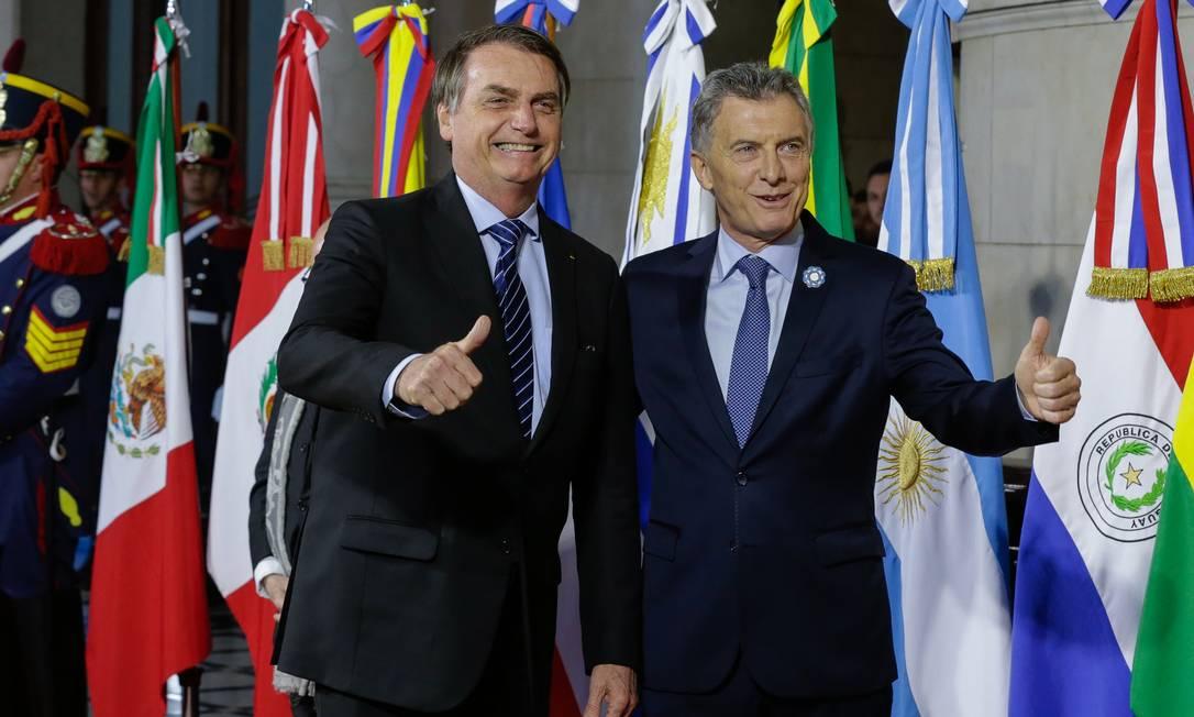 Bolsonaro cumprimenta o presidente da Argentina, Mauricio Macri, em Santa Fé, Argentina Foto: Isac Nobrega / Agência O Globo