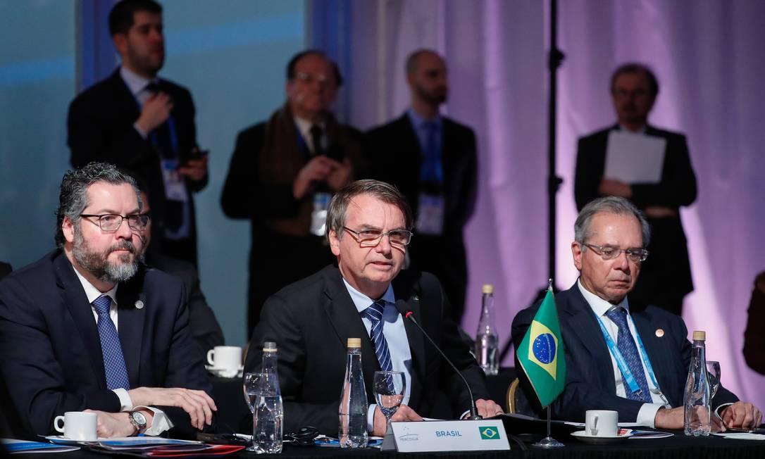 O presidente Jair Bolsonaro entre os ministros das Relações Exteriores, Ernesto Araújo, e da Economia, Paulo Guedes, durante sua participação no encontro com chefes de Estado do Mercosul Foto: Alan Santos / Agência O Globo